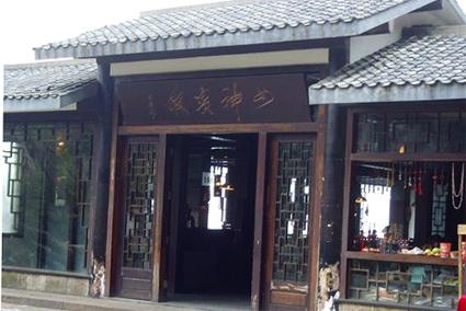 山上酒店:女神宾馆,660元/三人间/周末/不含发票,看日出最近周边环境最好的酒店。