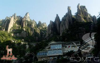 山上酒店:天门山庄,650元/三人间/周末,挂三星级酒店,长时间供应热水,条件好,南部索道上站。