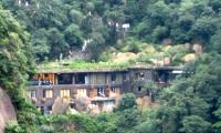 山上酒店:大三清酒店,1360元/周五1个标间2个三人间,南部索道上站,经济实惠。