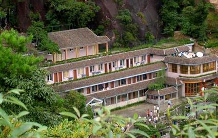 山上酒店:日上山庄680元/三人间(周末),山上条件最好的酒店。
