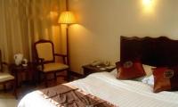 山上酒店:天门山庄,550元/索道上站三人间,挂三星级酒店,24小时热水,条件好。