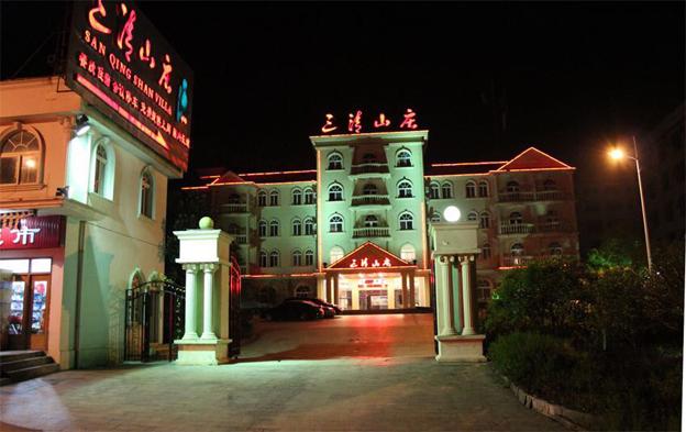 三清山庄,260元/双人间/周末(不含发票),南部山下酒店,不含发票,酒店环境较好,四星级装修。
