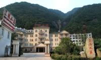南部山下酒店:三清山庄,仅售420元/标间/1-4号/十一房价,四星级装修。