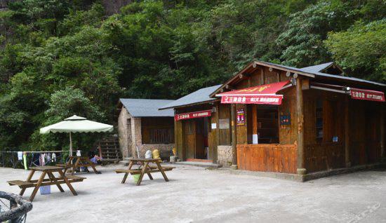 山上酒店:一线天帐篷,200元/双人或单人帐/节假日/不含发票,24小时热水,位置绝佳,离玉台看日出仅15分钟